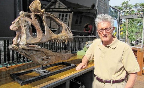 David Elliot stands next to the Cryolophosaurus ellioti (Photo credit: Kevin Parks/ThisWeek)